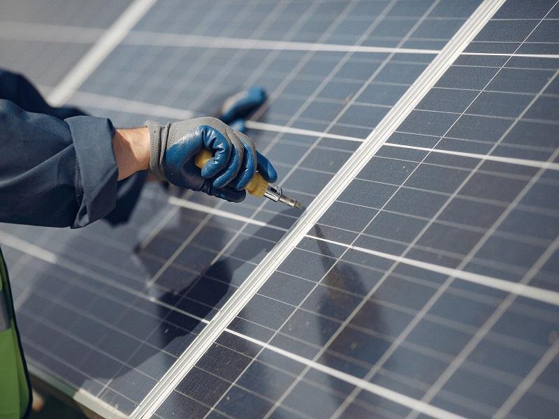 Instalación de placas solares en la comunidad de propietarios.